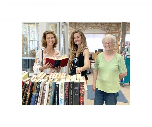 VIRGINIA'S FIRST LADY VISITS LIBRARY